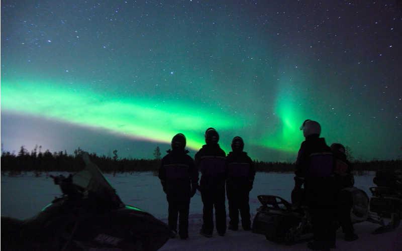 Observar la Aurora Boreal en moto de nieve