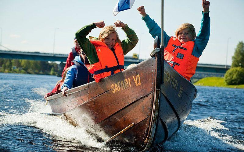 navegar-en-barco-por-los-rios-de-rovaniemi