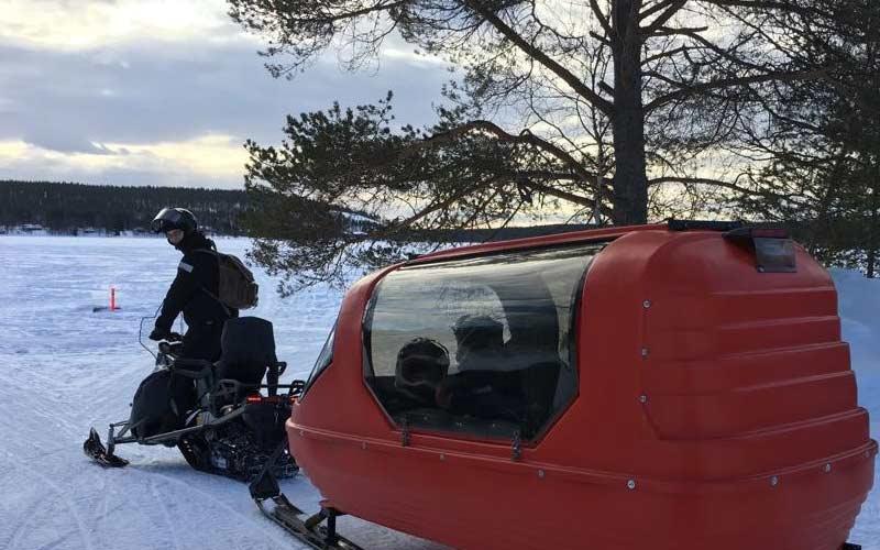 motos-de-nieve-trineo-cubierto-ninos-laponia