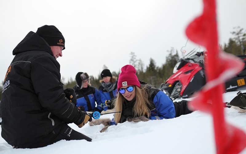 pesca-en-hielo-divertido-laponia-navidad