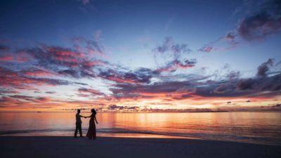 cena-romantica-viaje-maldivas-novios