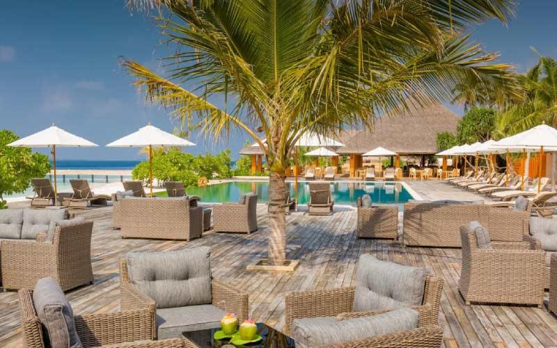 piscina-resort-lounge-con-ninos