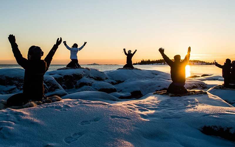 yoga-sobre-el-hielo-laponia-sueca-viajes-exclusivos-relax